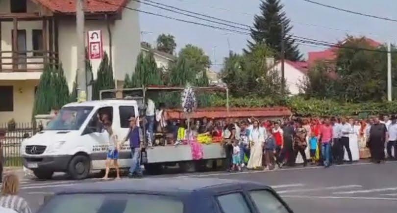 [VIDEO] Înmormântare în marea familie a rromilor, cu blocarea circulaţiei şi încălcarea legii