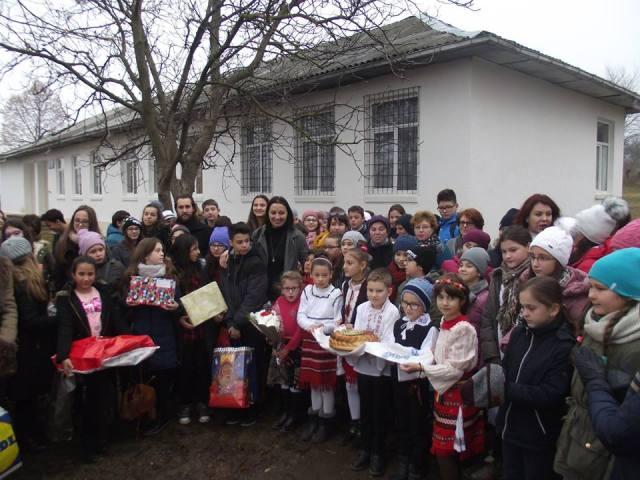 scoala-poienita-daruri-elevi-bacau-01
