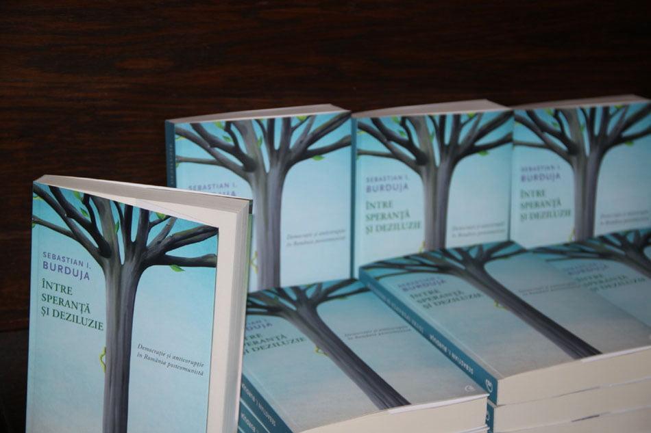 """Cartea """"Între speranță și deziluzie"""" se lansează la Biblioteca Roman"""