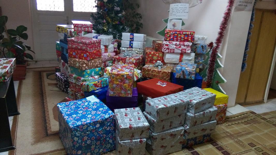 De Crăciun, dăruiți cutii cu zâmbete copiilor nevoiași. Proiectul ShoeBox a ajuns la Roman la a cincea ediție