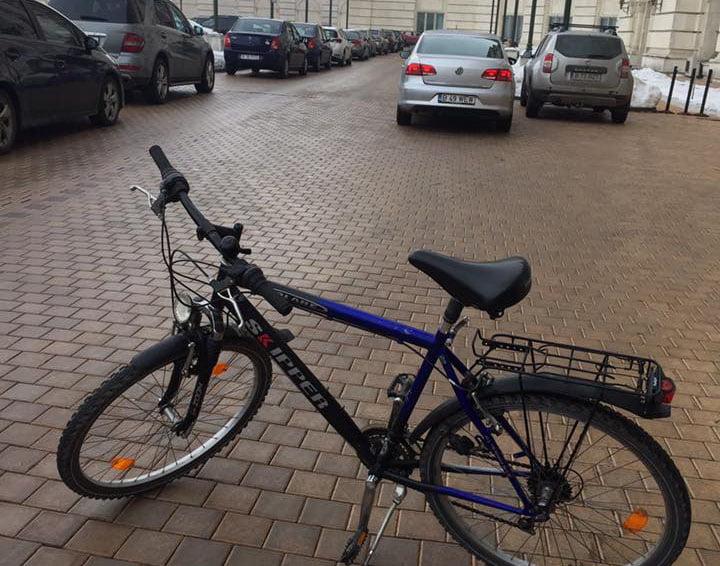 Deputatul USR Iulian Bulai și-a parcat bicicleta la Camera Deputaților
