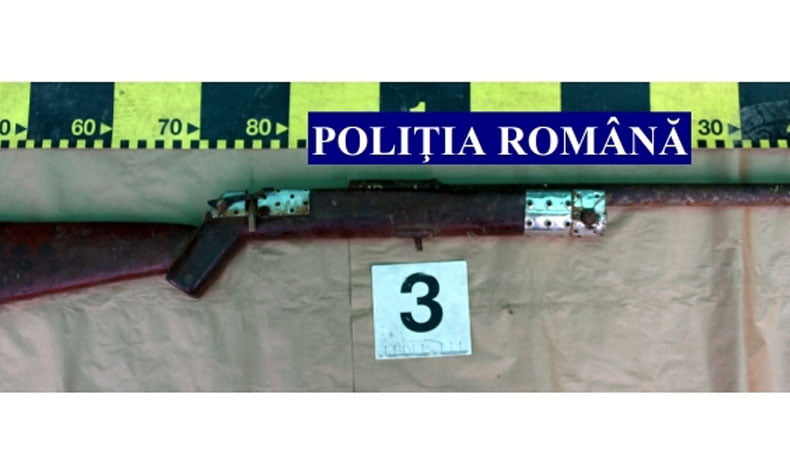 Arme și cartușe confecționate artizanal, confiscate de polițiști