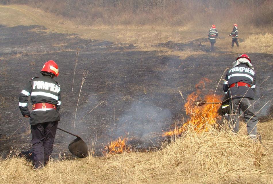 Au reînceput incendiile de vegetaţie uscată