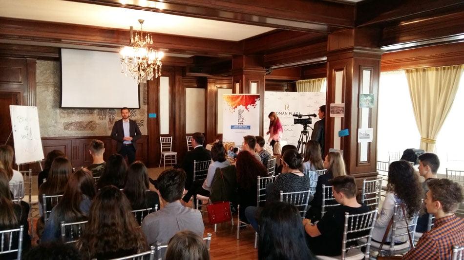 """Tinerii propun idei de dezvoltare a orașului, în cadrul proiectului """"Roman 3D"""""""