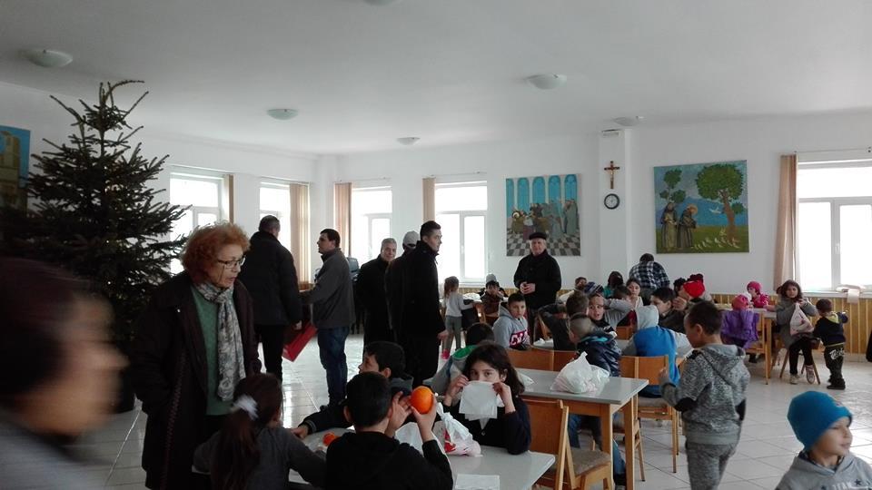 USR Roman a dăruit copiilor pachete cu fructe