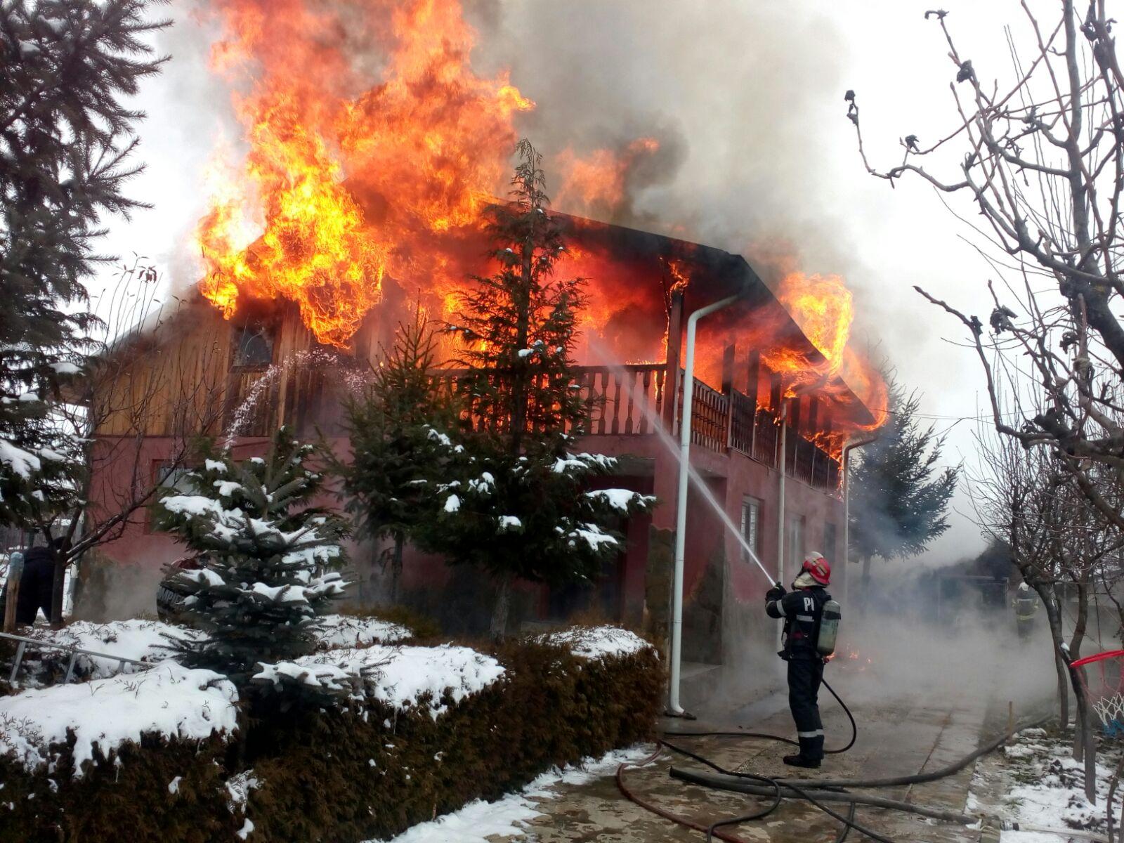 [VIDEO] Peste 20 de pompieri, din trei localități, cu șapte autospeciale, au intervenit pentru stingerea unui incendiu la Săvinești