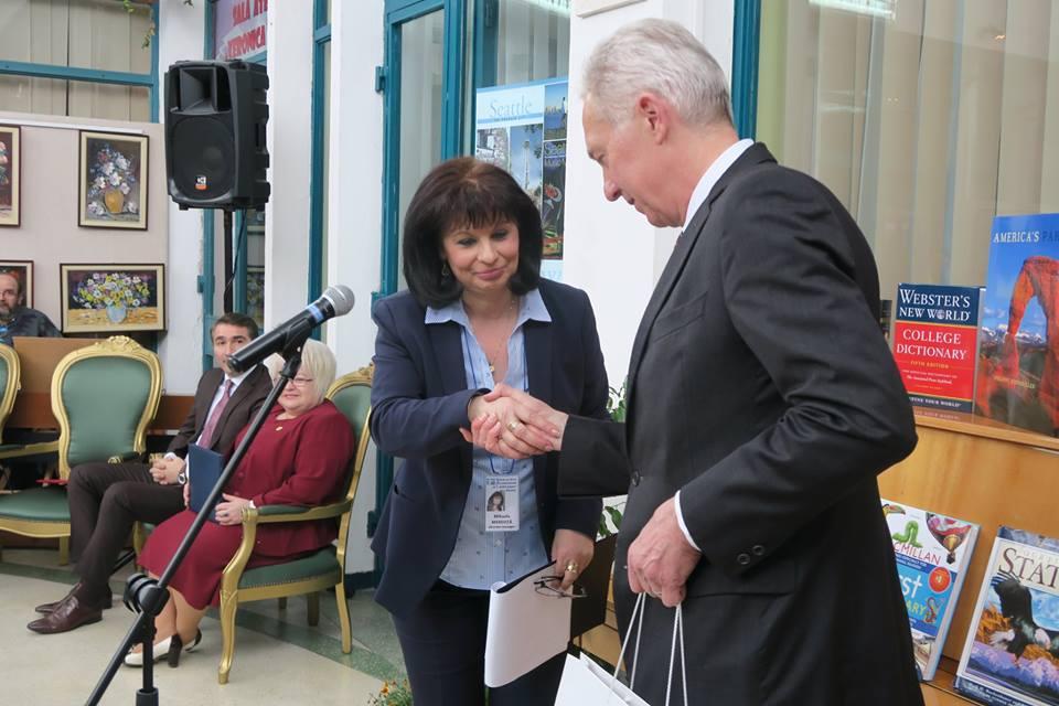 Ambasadorul SUA la București a făcut o donație de carte Bibliotecii Județene din Piatra Neamț și a vizitat Mănăstirea Agapia