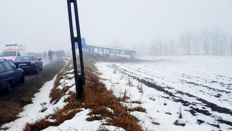 Un autobuz a ajuns în câmp, la Icușești