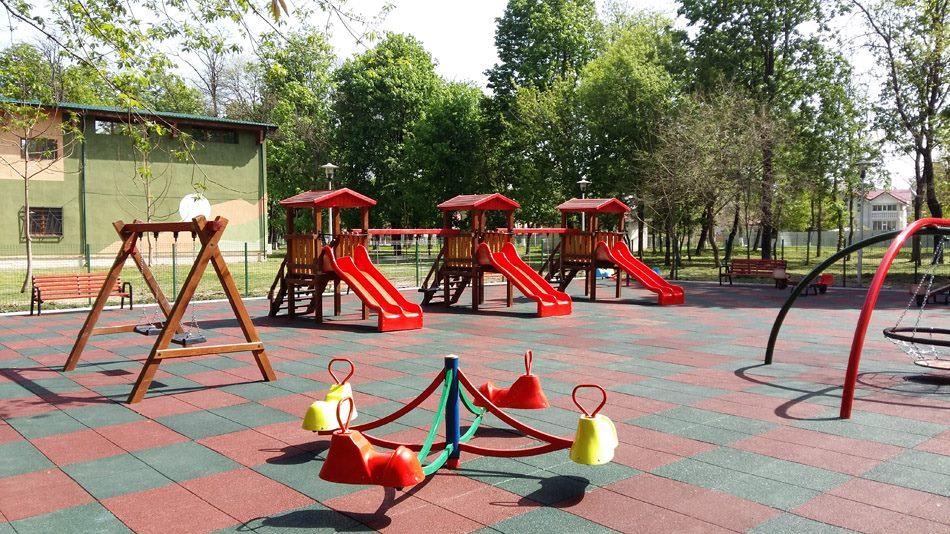Suprafețe de protecție în locurile de joacă pentru copii