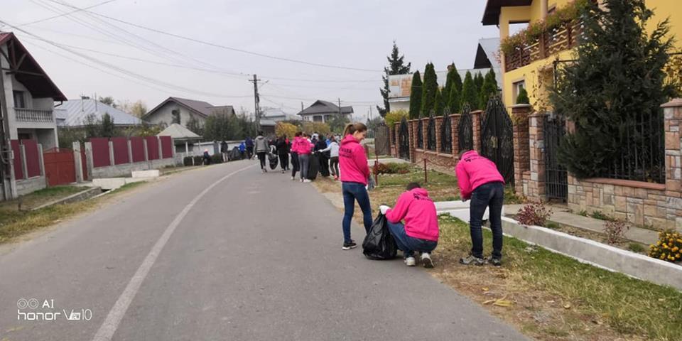 Voluntari din Franța, alături de Caritas Iași și comunitatea din Buruienești, în acțiuni de ecologizare a localității