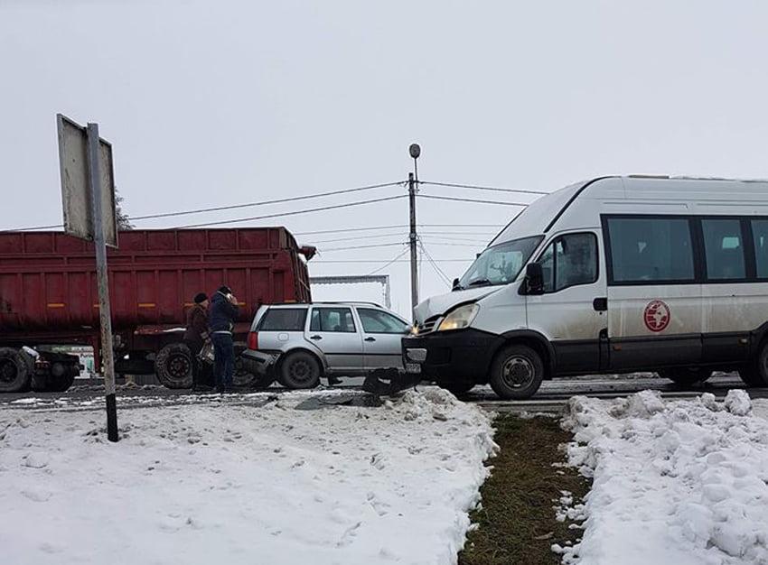 Accident cu un autoturism, un microbuz și un tir, pe E 85, la Horia