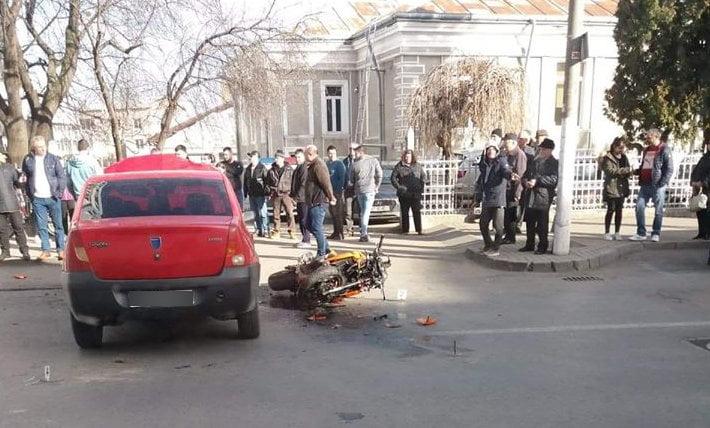 Accident rutier pe bulevardul Roman Mușat, un motociclist a fost rănit