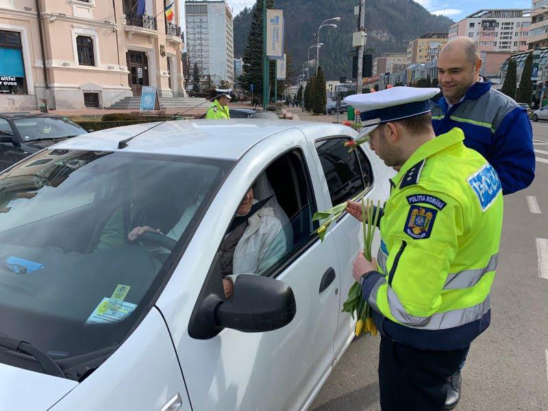 Șoferițele au primit flori de la polițiști, de 1 Martie