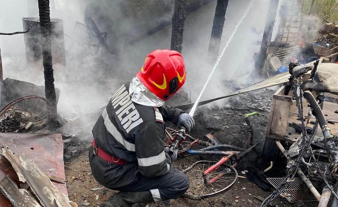 Magazie arsă în urma unui incendiu, la Secuieni