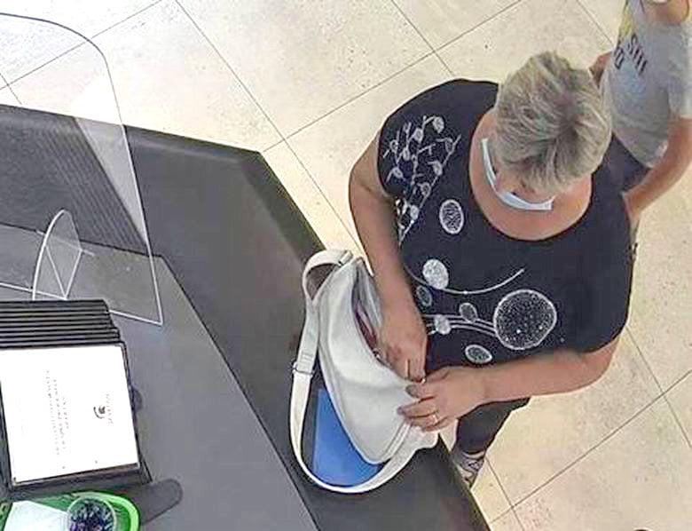 O femeie care a pierdut un plic cu bani la Roman Value Centre, așteptată la Poliție să-și recupereze banii
