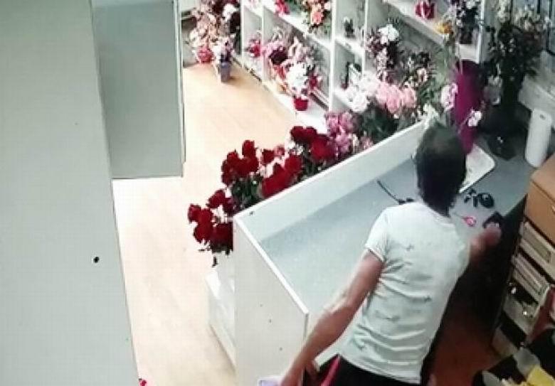 Bărbat căutat de polițiști pentru furtul unui telefon dintr-un magazin din Roman