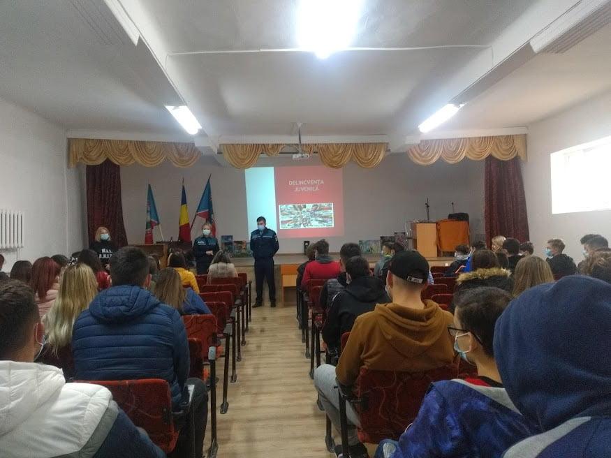 """Campanie de prevenire a polițiștilor, alături de elevii Colegiului Tehnic """"Miron Costin"""""""