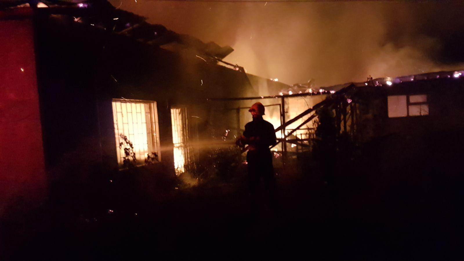 Pompierii romașcani, în sprijinul colegilor din Tîrgu Neamț, după un incendiu de amploare la o hală