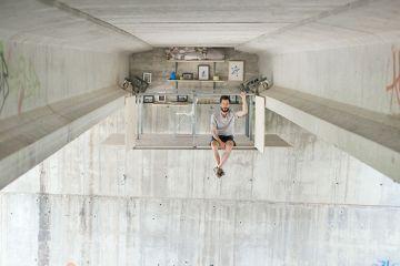 Designer stupisce tutti ricavando il suo studio sotto un ponte