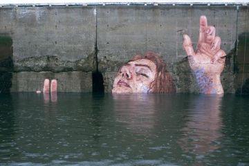 Il murale coperto dalla marea, alla fine svanirà nel nulla