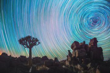 Le traiettorie delle stelle nella volta celeste catturate nel deserto del Namib da Daniel Kordan