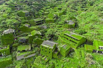 In Cina un piccolo villaggio abbandonato completamente avvolto da vegetazione