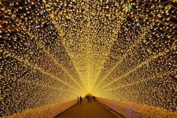 L'emozione di camminare dentro un lunghissimo tunnel di led colorati a Nabana no Sato in Giappone