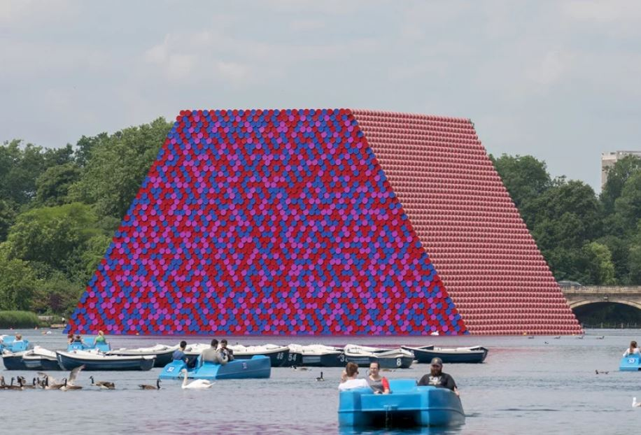 Una piramide galleggiante di barili a Londra L'ultima opera di Christo