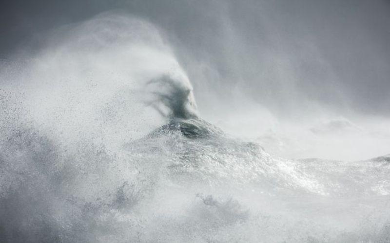 Onde gigantesche del mare che sembrano mostri con fauci spalancate nelle foto di Rachael Talibart