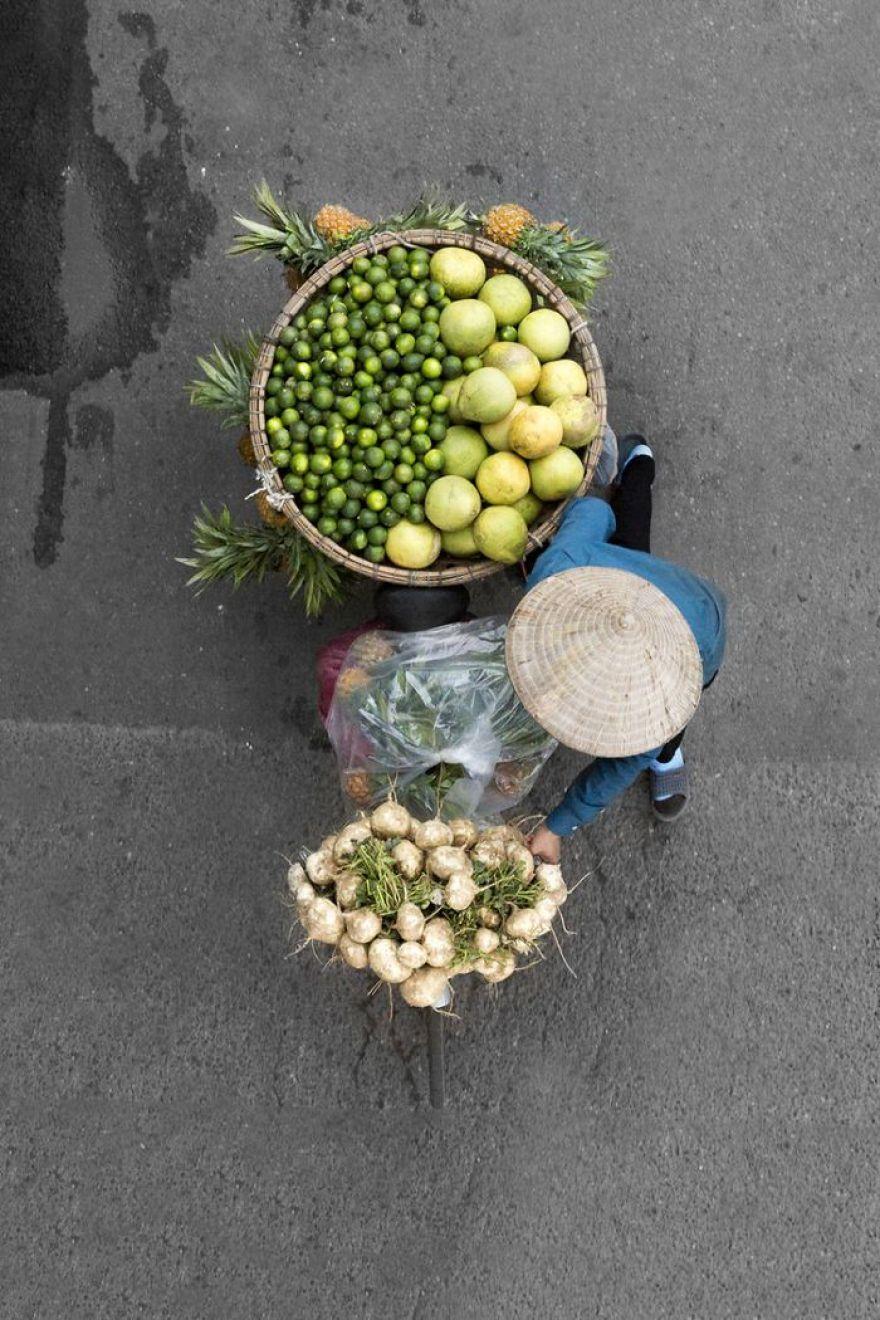 Gli ambulanti del mercato di Hanoi visti dall'alto in una carrellata di colori