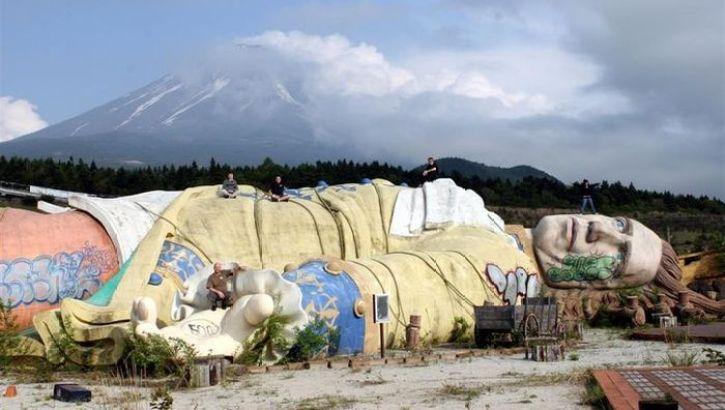 Il regno spettrale di Gulliver, ai piedi del Monte Fuji