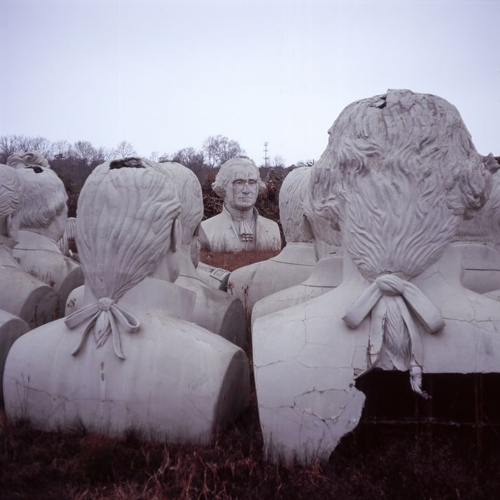 Busti immensi dei presidenti USA abbandonati in una fattoria