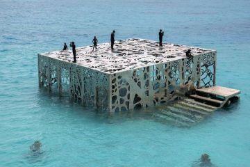 """L'originale museo semisommerso """"Coralarium"""" alle Maldive tra poco verrà distrutto."""