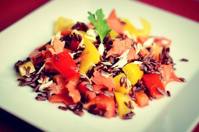 Sałatka z czarnym ryżem, łososiem,świeżym chrzanem i sosem z cydru jabłkowego