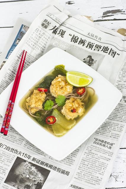 Wietnamska zupa pho z bok choy i pulpecikami z kurczaka