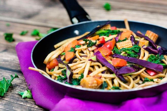 Wegański, mongolski stir-fry z jarmużem i imbirem