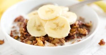 Ontbijt met muesli en banaan