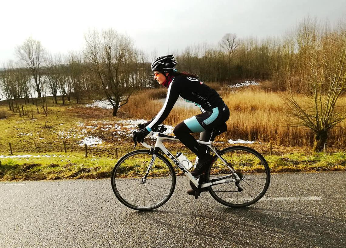 Vrouwenwielrennen training in de winter
