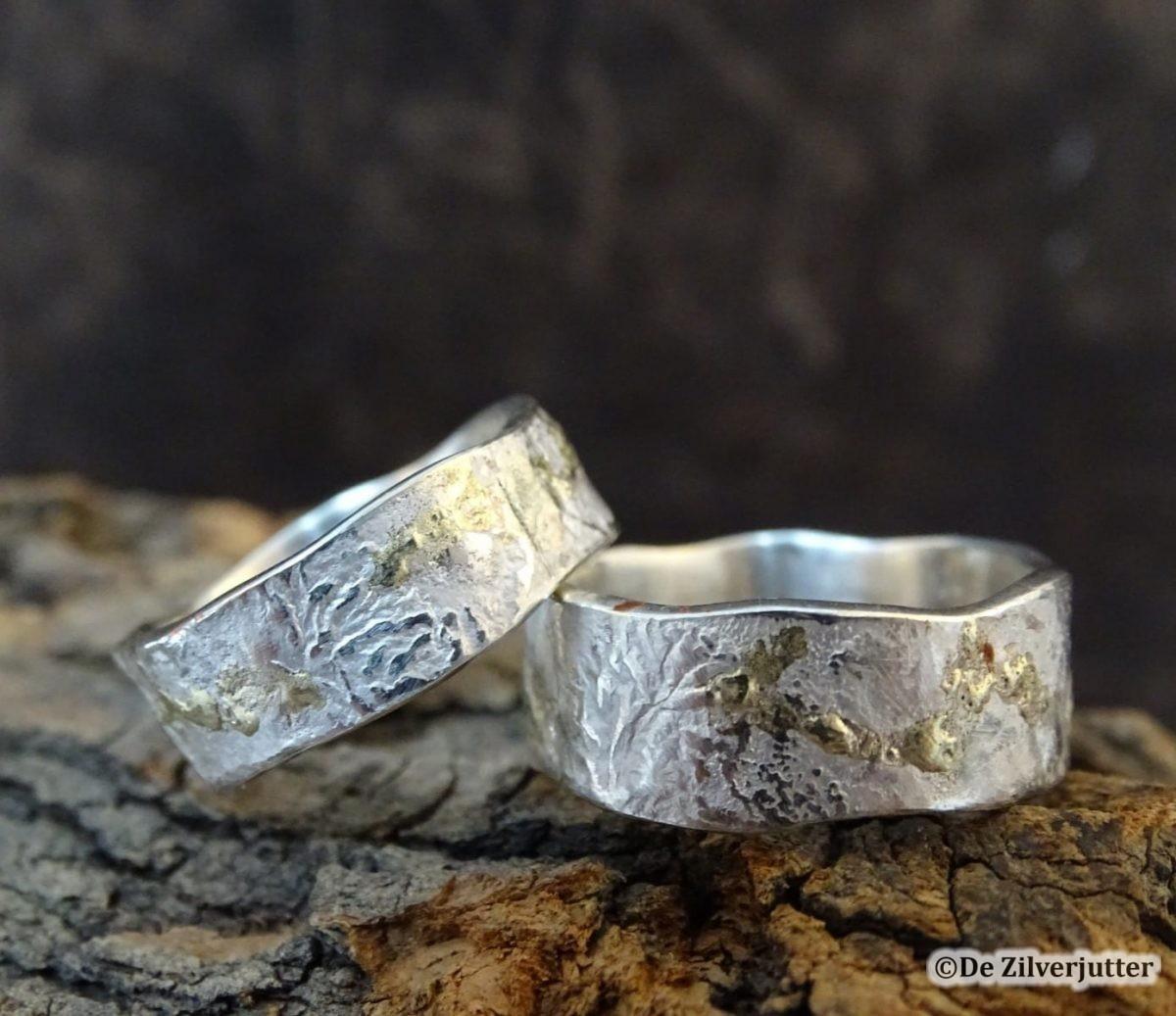 Trouwringen met structuur gemaakt met zilver en goud - zilverjutter-vlieland
