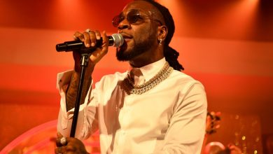 Photo of Burna Boy condemns police brutality in Nigeria on new song '20 10 20′