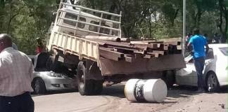 Roadblock Accident : Truck Rams Into Police Officers