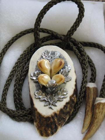 Wunderschöne Jagderinnerung: 4 Hirschgrandln gefasst mit Zinneichenlaub in geschnittenem, poliertem Hirschhorn