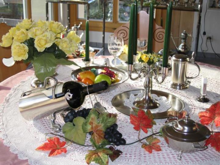 Tischlein deck dich !! Flaschenhalter, Bonbonière, Leuchter, Bierseidl, Zinnvase, Früchteschale
