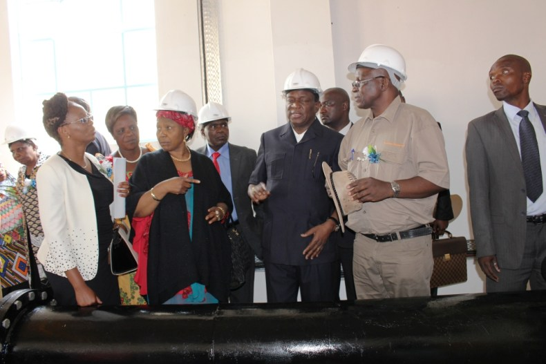 Ministera and government officials touring Mtshabezi Pipeline works (2)