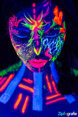 Ai Nhi Neon UV Shooting 1