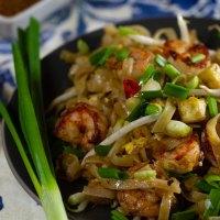 Pad thai - makaron smażony po tajsku z tofu, krewetkami lub kurczakiem