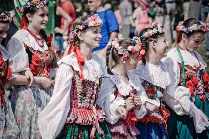 Girls Wearing Traditional Polish Outfits. Photo by włodi