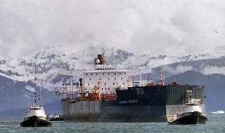 Tugboats tow the oil tanker Exxon Valdez off Bligh Reef in Prince William Sound 5 April 1989. Image: Chris Wilkins