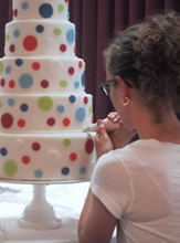 Zoë François decorating a wedding cake