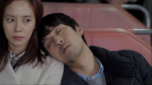 Gook Chun Soo sleeps on Oh Jin Hee's shoulder -2